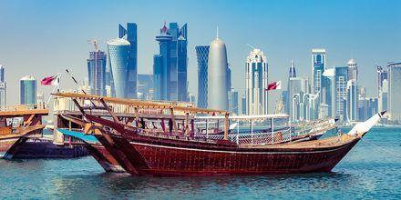 Doha on moderni kaupunki, joka on täynnä arabialaisia vaikutteita. Kuvassa on perinteinen puinen Dhow-vene.