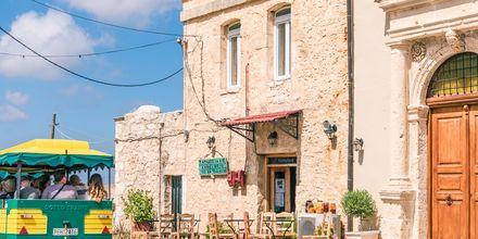 Luostarin lähellä on Amnatosin suloinen kylä.