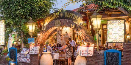 Viihtyisä ravintola Rethymnonin rannikolla.