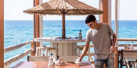Ravintola merinäköalalla.