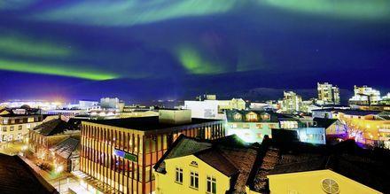 Revontulia Reykjavikin yllä.