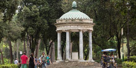 Villa Borghesen puistossa odottavat vehreä ympäristö, hienot patsaat ja monumentit-