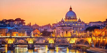 Vatikaani iltavalaistuksessa.
