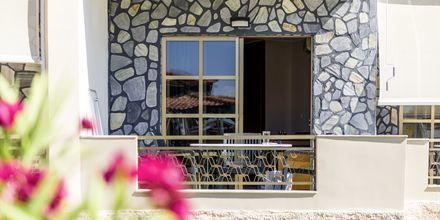 Yksiö maaparvekkeella ranta-/allasrakennuksessa. Hotelli Rose, Kato Stalos, Kreeta.
