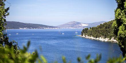 Sininen meri ja vehreät saaret.
