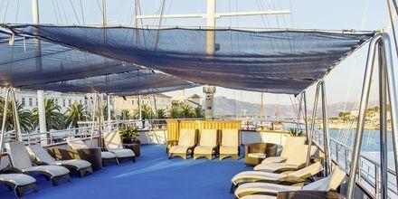 Kaikilla veneillä on suuri aurinkokansi, joissa on aurinkotuoleja. Useissa veneissä on lisäksi pieni allas tai jacuzzi.