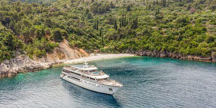Päivisin pysähdytään rannalle tai poukaman luo ja on mahdollisuus uida suoraan myös veneestä.