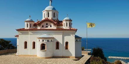 Kaunis kirkko meren äärellä.