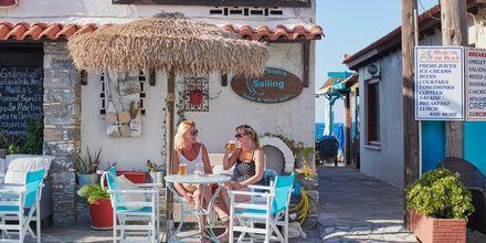 Viihtyisä kahvila Kokkarissa, Samos, Kreikka.