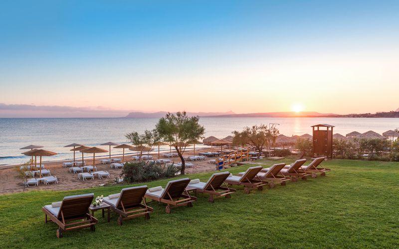 Santa Marina Beach hotellin läheinen ranta. Agia Marina, Kreeta.