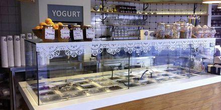 Jäätelöbaari Yummy Yoghurt. Hotelli Santa Maura, Lefkas, Kreikka.