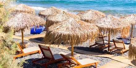Nauti aurinkoisista päivistä rannalla. Perissa/Perivolos, Santorini, Kreikka.