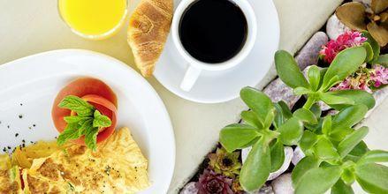 Aamiainen. Hotelli Santorini Palace, Kreikka.