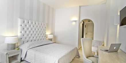 Superior-huone. Hotelli Santorini Palace, Kreikka.