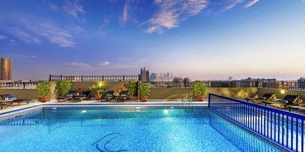 Allas kattoterassilla, Hotelli Savoy Central, Dubai.