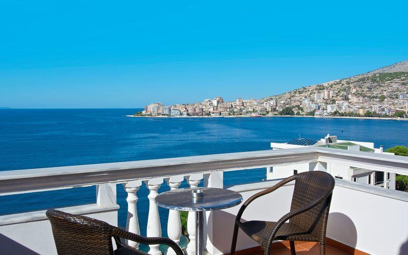 Kahden hengen huone parvekkeella ja merinäköalalla. Hotelli Serxhio, Saranda, Albania.