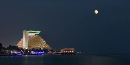 Sheraton Grand Doha Resort illalla. Sheraton Grand Doha Resort, Doha, Qatar.