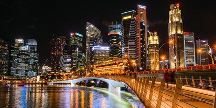 Singaporen kauniit valot iltahämärässä.