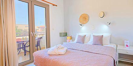 Kolmio. Hotelli Sonio Beach, Platanias, Kreeta, Kreikka.
