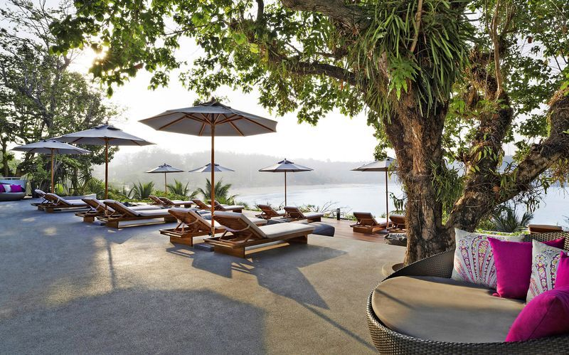 Hotelli The Nai Harn Phuket sijaitsee Nai Harn Beachilla eteläisessä Phuketissa.