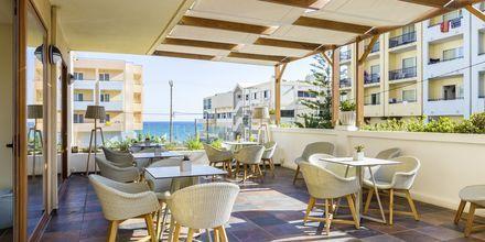 Allasbaari sivurakennuksessa, Hotelli Theartemis Palace, Kreeta, Kreikka.
