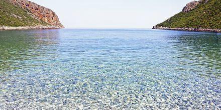 Pikkukivirannan kirkas vesi. Vlychada, Santorini, Kreikka.