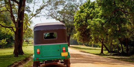 Tuktuk on tavallinen kulkuväline Sri Lankassa.