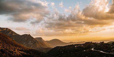 Auringonlasku vuorten yllä, Zagorian alue, Kreikka.