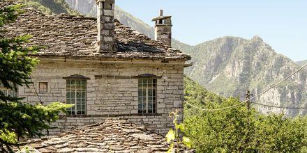 Näkymä vuoristokylästä, Zagorian alue, Kreikka.