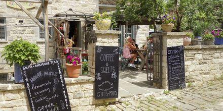 Vieraile viihtyisässä kahvilassa Papigossa, Zagoria, Kreikka.