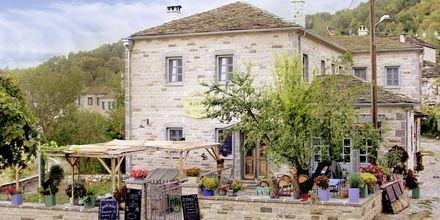 Vieraile viihtyisässä kahvilassa vuoristokylä Papigossa, Zagoria, Kreikka.
